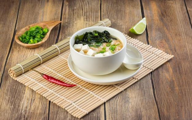 Sopa de miso japonesa em uma tigela branca