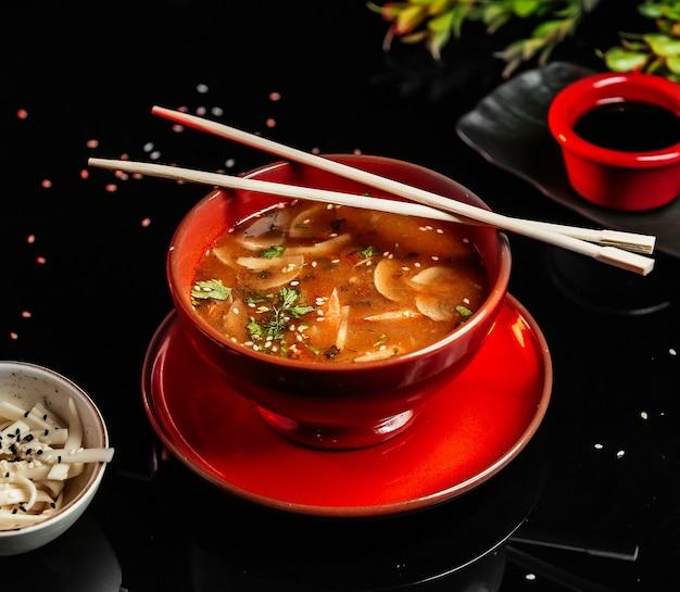 Sopa de missô com cogumelos na mesa