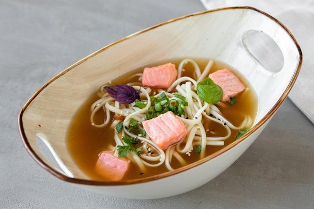 Sopa de missô japonesa com salmão e queijo tofu