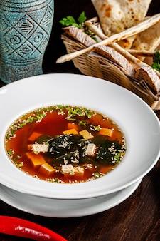 Sopa de missô japonesa feita de queijo tofu