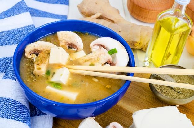 Sopa de missô vegetariana com tofu e cogumelos.