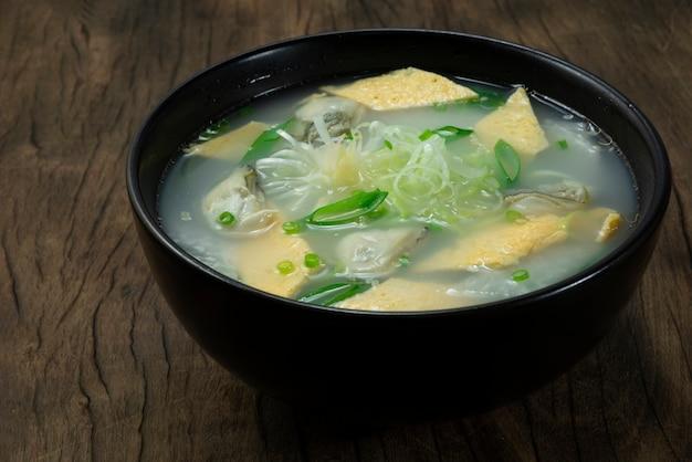 Sopa de ostras com ovo e rabanete gulguk comida coreana