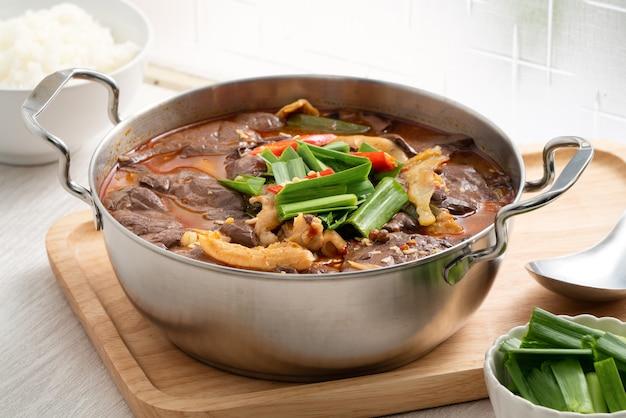 Sopa de panela quente picante tradicional taiwanesa chamada wu geng chang wang