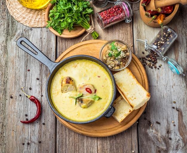 Sopa de páscoa tradicional polonesa com ovo, foco seletivo