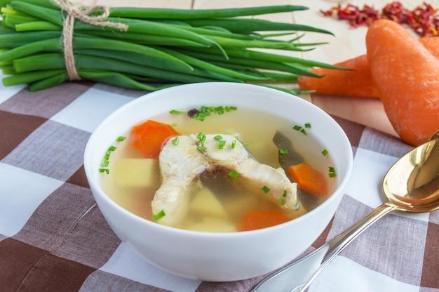Sopa de peixe tradicional nacional russa em tigela branca