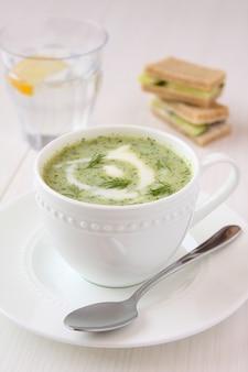 Sopa de pepino frio com endro, iogurte e sanduíches