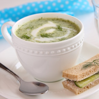 Sopa de pepino frio com sanduíche de endro, iogurte e pepino