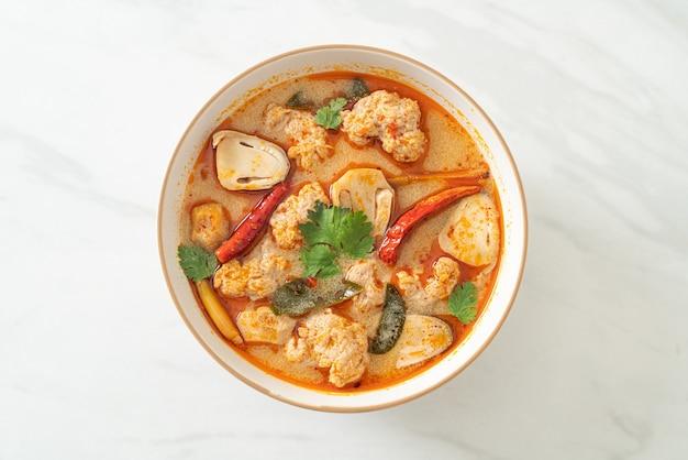 Sopa de porco fervida picante com cogumelos - tom yum - estilo de comida asiática