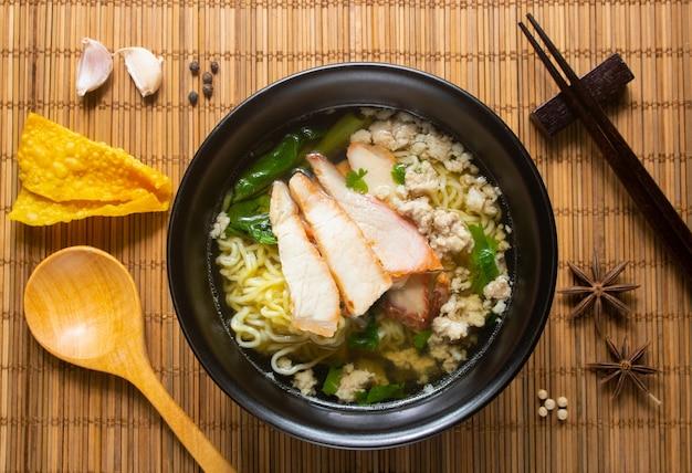 Sopa de porco macarrão e vejetable em uma tigela
