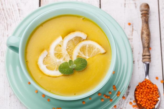 Sopa de purê com lentilhas vermelhas, com hortelã e fatias de limão