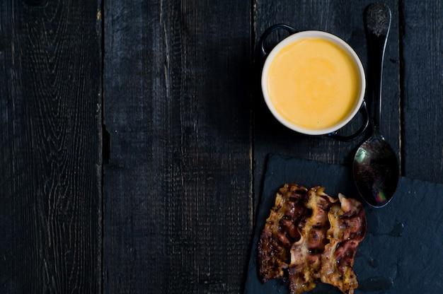Sopa de purê de abóbora com bacon frito