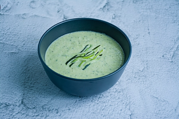 Sopa de purê de abobrinha e manjericão