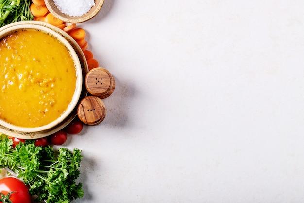 Sopa de purê de cenoura no fundo branco