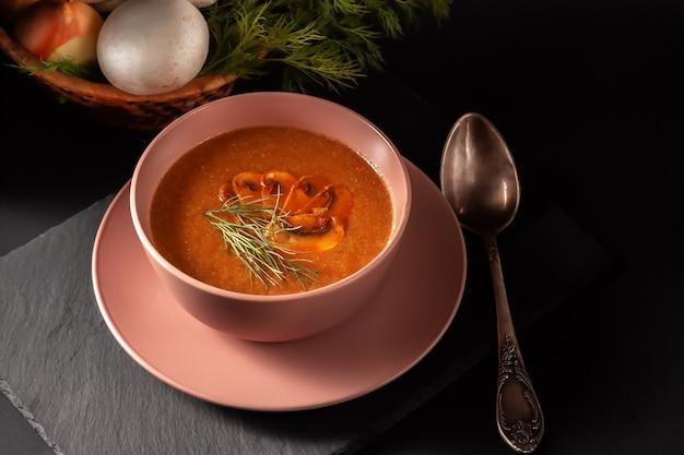 Sopa de purê de cogumelos frescos com legumes, endro e torradas