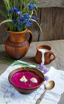 Sopa de raiz de beterraba fria holodnik, cozinha eslava