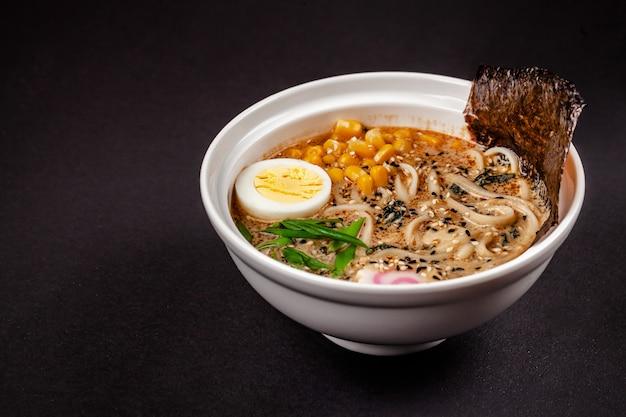 Sopa de ramen com macarrão chinês.