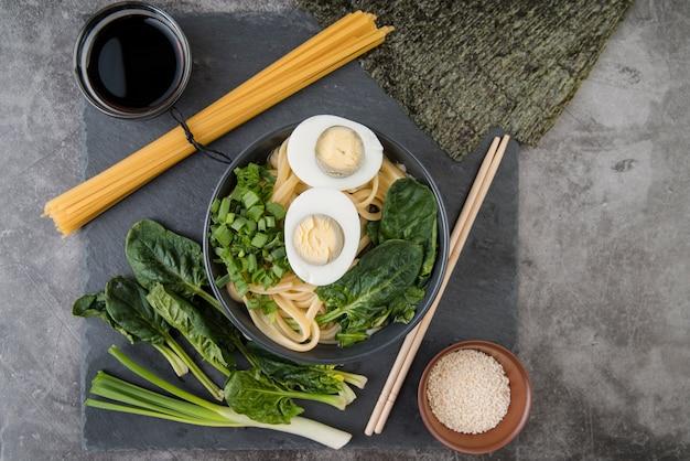 Sopa de ramen de espinafre e ovos com molho de soja