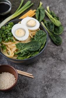 Sopa de ramen de espinafre e ovos