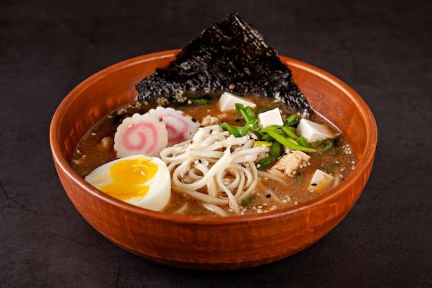 Sopa de ramen japonês com macarrão