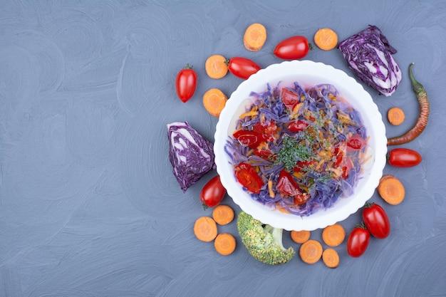Sopa de repolho roxo com vegetais picados e picados