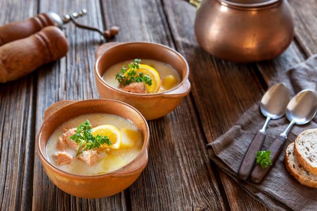Sopa de salmão finlandesa tradicional lohikeitto com batata, creme e limão
