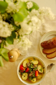 Sopa de shurpa, sopa de cordeiro, cozinha oriental, close-up