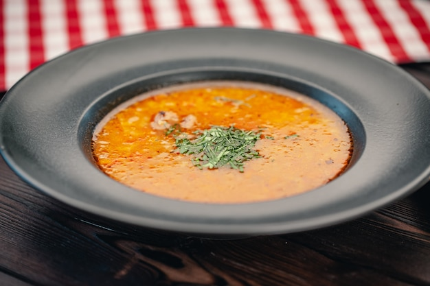 Sopa de tom yam com vista superior de frutos do mar