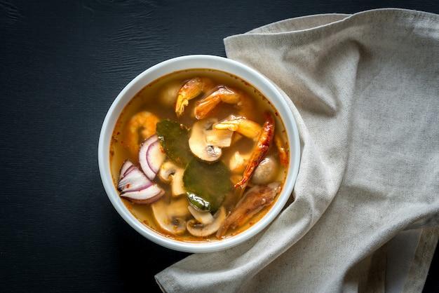 Sopa de tom yum tailandês em uma tigela branca