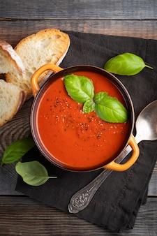 Sopa de tomate caseiro com manjericão.