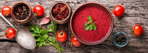 Sopa de tomate caseiro fresco na mesa de madeira.
