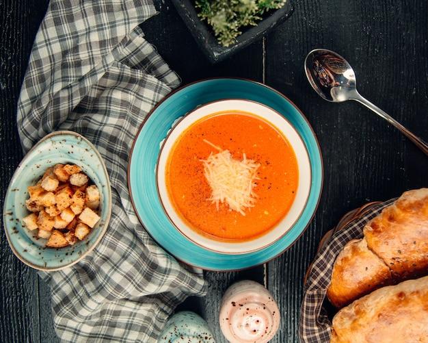 Sopa de tomate coberta com queijo