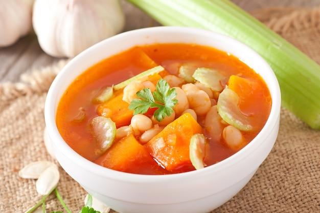Sopa de tomate com abóbora, feijão e aipo
