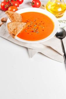 Sopa de tomate com azeite e ervas com pão torrado