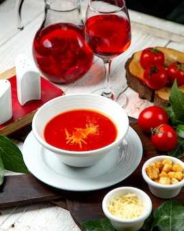 Sopa de tomate com bolachas e queijo ralado