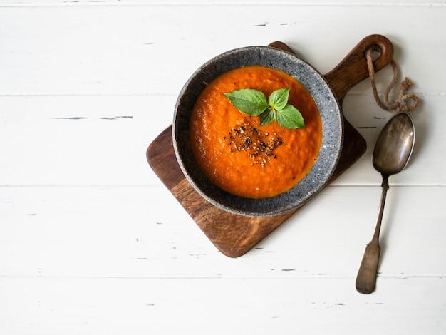 Sopa de tomate com especiarias e manjericão fresco