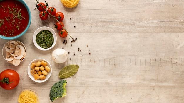 Sopa de tomate com legumes e espaço para texto