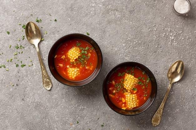 Sopa de tomate com milho e ervas no almoço diet