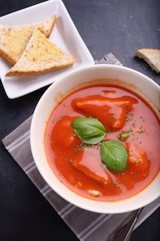 Sopa de tomate com pão