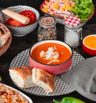 Sopa de tomate com queijo e farinha de rosca