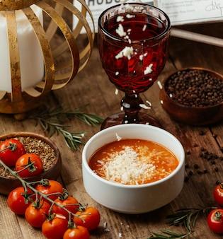 Sopa de tomate com queijo