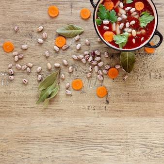 Sopa de tomate e cenoura em panela