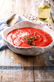 Sopa de tomate e tomates frescos cereja gazpacho
