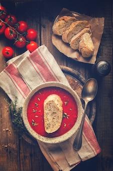 Sopa de tomate e tomates frescos cereja