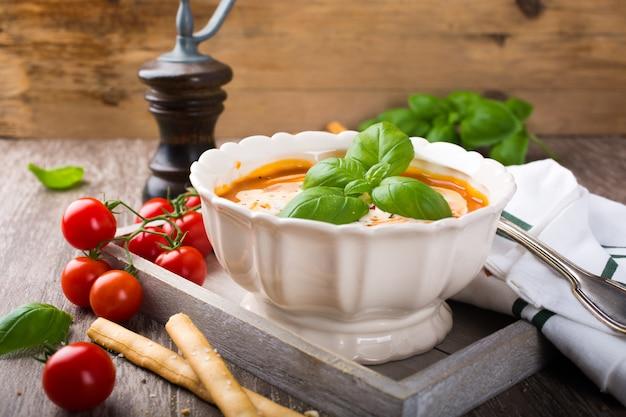 Sopa de tomate fresco com manjericão e creme