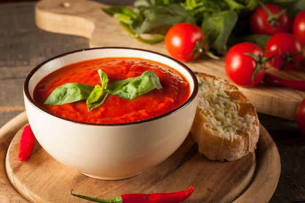 Sopa de tomate fresco e saudável com manjericão, pimenta, alho, tomate e pão. gaspacho espanhol.