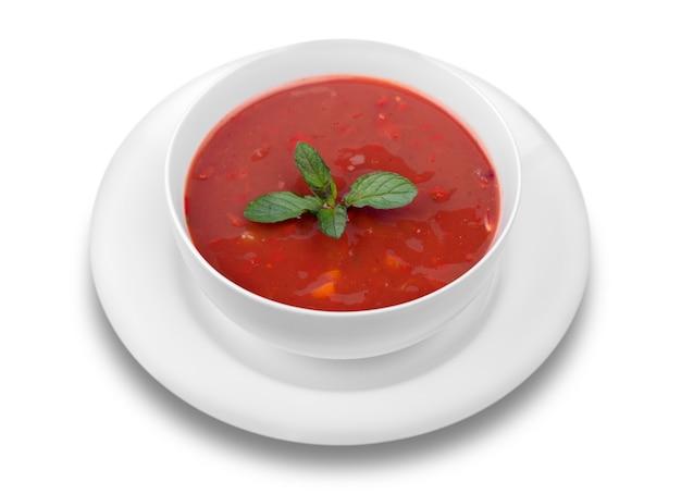 Sopa de tomate fresco em um fundo branco