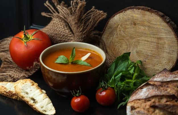 Sopa de tomate, guarnecida com queijo e hortelã