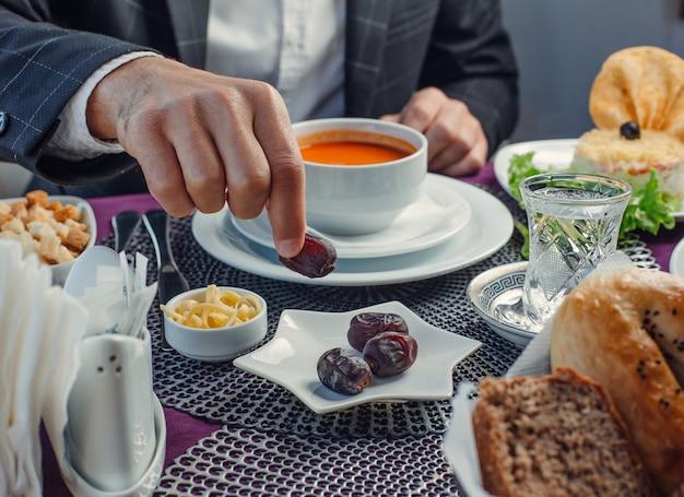 Sopa de tomate khurma e queijo em cima da mesa