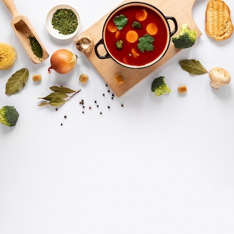 Sopa de tomate na tábua de madeira