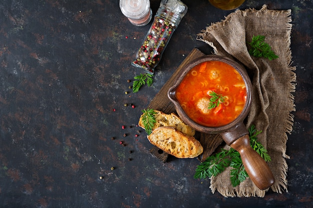 Sopa de tomate picante com almôndegas, massas e legumes. jantar saudável. vista do topo